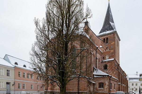 Архитектурная пешая прогулка по Тарту, тартуская церковь Святого Иоанна зимой