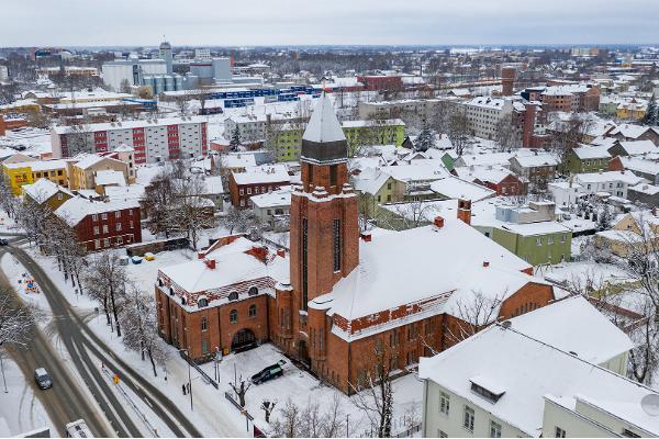 Архитектурная пешая прогулка по Тарту: заснеженная церковь Святого Павла с высоты птичьего полета