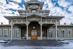 Архитектурная пешая прогулка по Тарту: железнодорожный вокзал - главный вход и прекрасное голубое небо