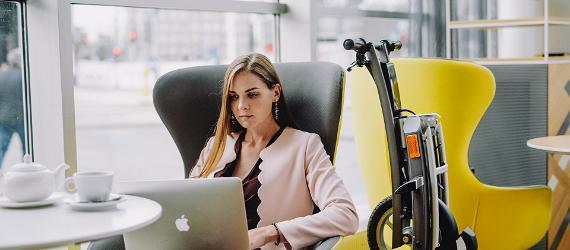 Naine vaatab kohvikus sülearvutit