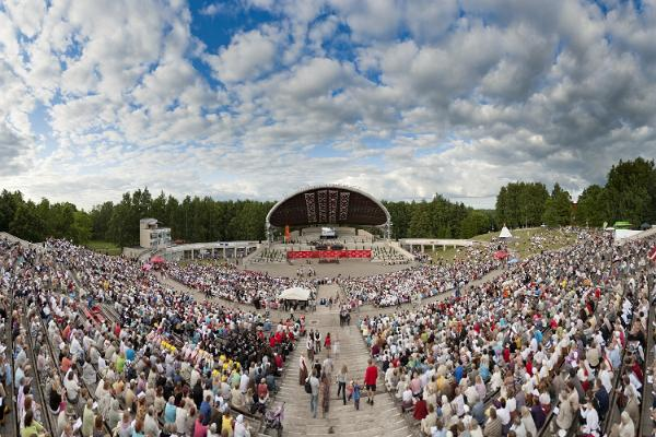 Летняя Тартуская певческая сцена в парке отдыха Тяхтвере