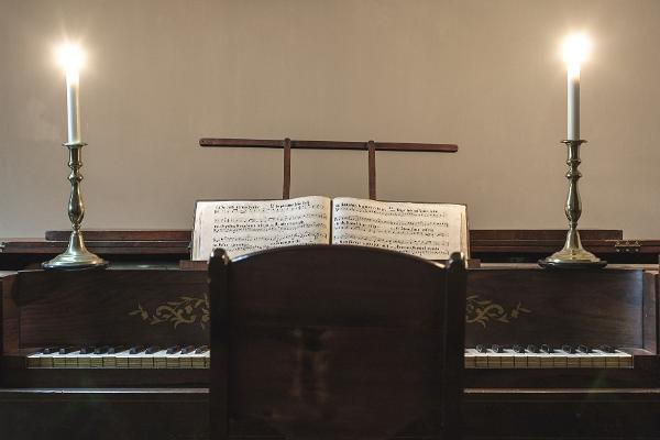 Фортепиано, нотная тетрадь и свечи в Музее горожанина XIX века