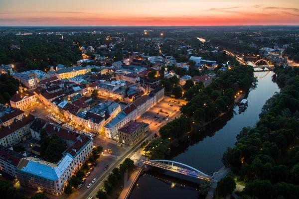 Promenad i Tartus innerstad: solnedgång i Tartu, utsikt över ån Emajõgi och innerstaden