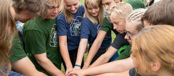 Noored on ühtsuse väljendamiseks käed ringis kokku pannud