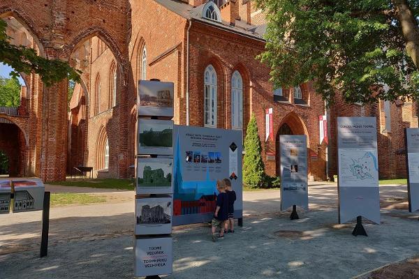 Tarton tuomiokirkon edessä oleva näyttely