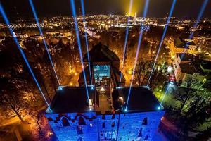 Световая инсталляция на тартуском Домском соборе и холм Тоомемяги ночью