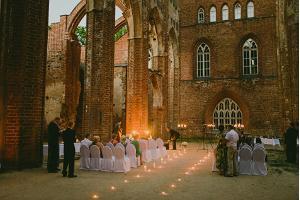 Развалины тартуского Домского собора, свечи, торжественное мероприятие