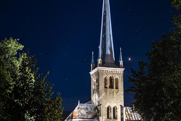 EELK Rõngu Mihkli (Miikaeli) kirik öösel