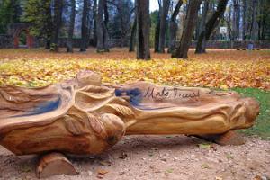 Holzskulptur im Park von Rannu – Mats Traat
