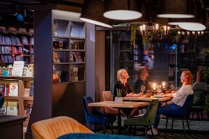 Literaat kauplus-restorani külastajad