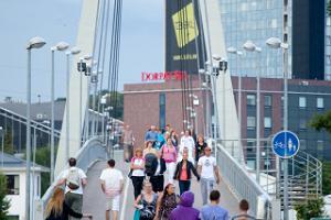 Människor korsar Turusild (Marknadsbron)