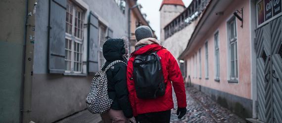 Vanalinnas jalutab seljakottidega turistide paar