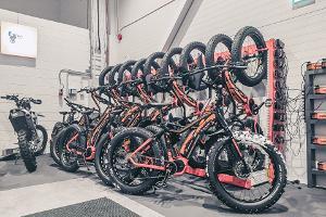 E-fatbike jalgrattad garaažis