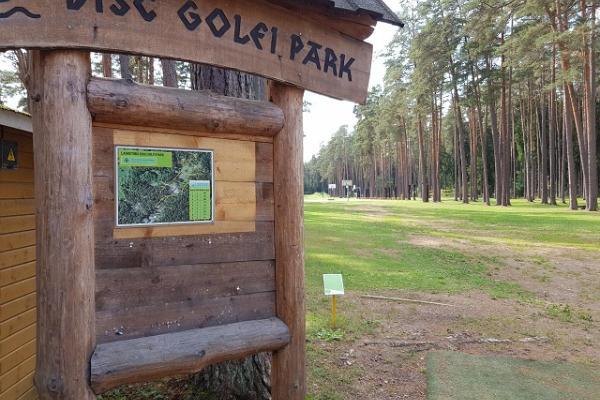 Парк для игры в диск-гольф в Тартумааском центре оздоровительного спорта: указатель парка и схема