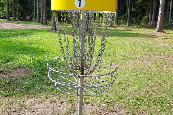 Парк для игры в диск-гольф в Тартумааском центре оздоровительного спорта: корзина для игры в диск-гольф