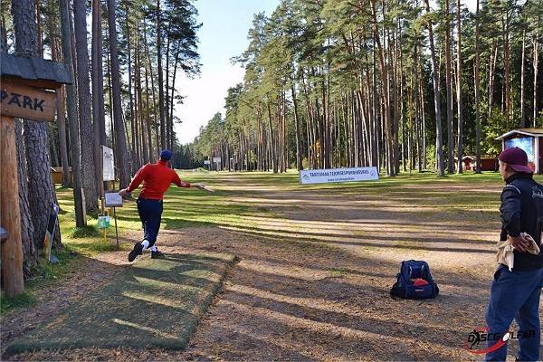 Парк для игры в диск-гольф в Тартумааском центре оздоровительного спорта: игра в диск-гольф в разгаре