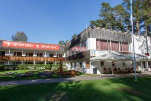 Главное здание Тартумааского центра оздоровительного спорта, где находятся кафе и пункт проката