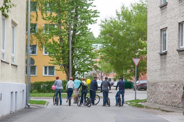 Приключение на самокатах в городе Тарту: группа людей на самокатах