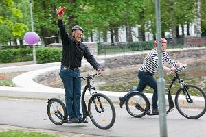 Potkulautaseikkailu Tarton kaupungissa: Iloiset potkulautailijat tutkimassa Tarttoa