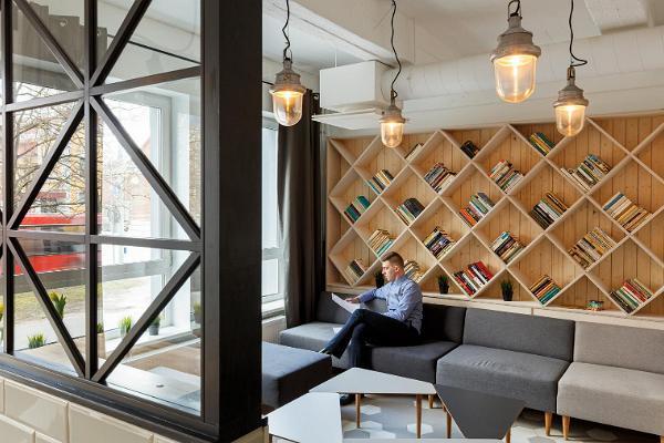 Viihtyisä kirjasto Hektor Cafessa