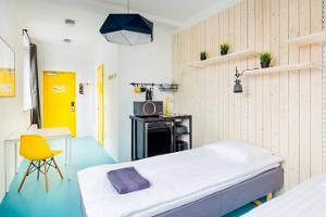 Huone kahdella erillisellä vuoteella ja keittonurkkauksella