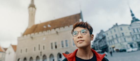 Noor välisturist Tallinnas Raekoja platsil