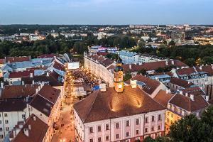 Пешая прогулка по историческому городу Тарту: вид на Ратушную площадь и крыши домов