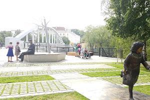 Lydia Koidulan ja Johann Voldemar Jannsenin muistokenttä talvella kesäisessä vehreydessä