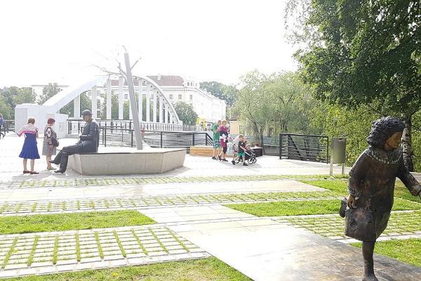 Lidijas Koidulas un Johana Voldemāra Jansena memoriālais laukums vasaras zaļumos