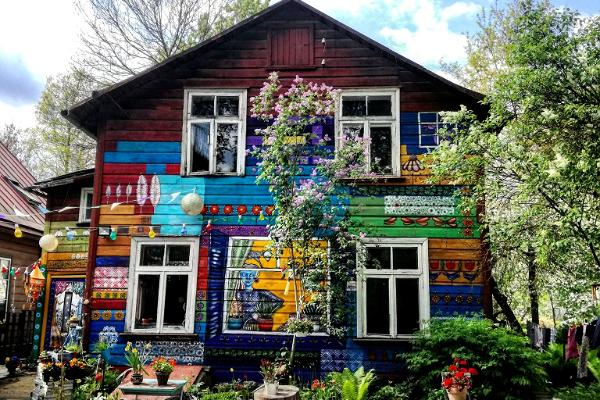 Supilinn – a district of wooden buildings with a wonderful milieu and colorufully decorated gardens