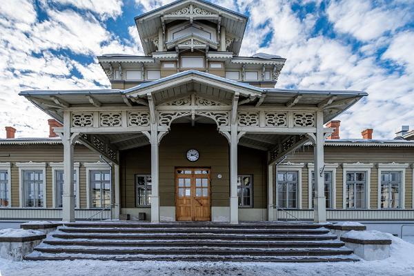 Парадная дверь Тартуского железнодорожного вокзала