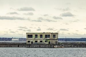 Rundgang mit Führer im geheimen sowjetischen U-Boot-Stützpunkt Hara und in den Ruinen der Garnison