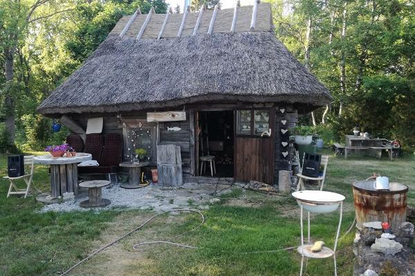 Matkaautode, karavanide puhkeala ning telkimine Maali talus