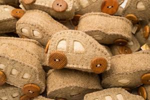 Looduslikest materjalidest pehme vildist mänguauto puust ratastega - linavilt, tammepuu, nisuterad, lilianandmartin.com, Mõtleja Tigu OÜ
