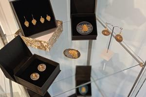 Esna Galerii pood - Kuldtikandi stendis on pakkuda Lilian Bristoli kuldtikand