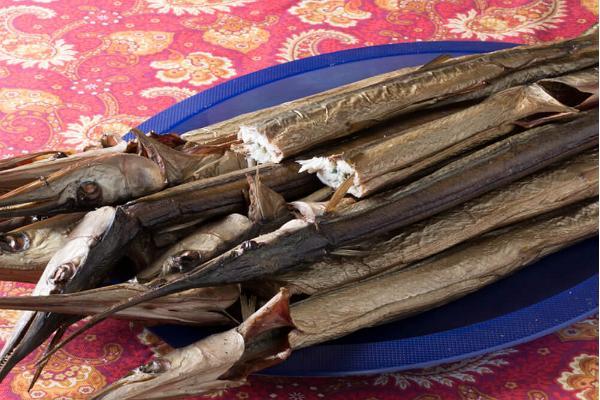 Lokala matbitar - färsk rökt fisk från äkta fiskare i Kynö