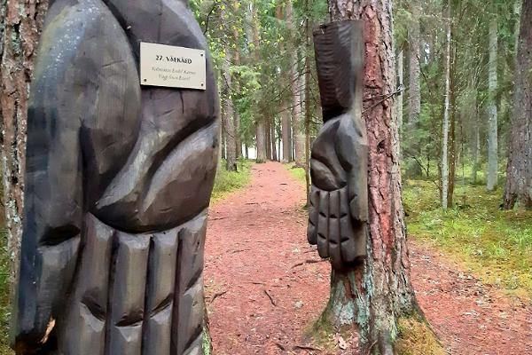 Wooden sculpture 'Väe käed' on the Nature Energy Trail
