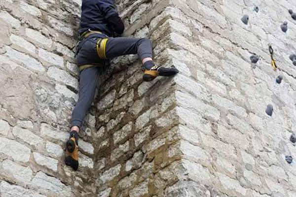 Ronija paeseinal ronimas vertikaalselt ülesse seina nurgast