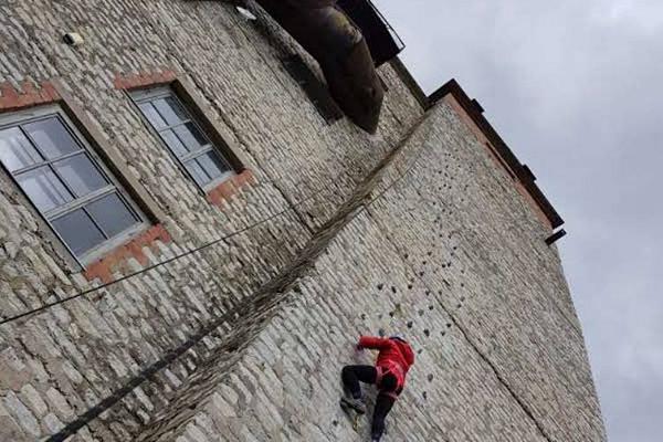 Ronija paeseinal ronimas vertikaalselt ülesse nagu kaljudel
