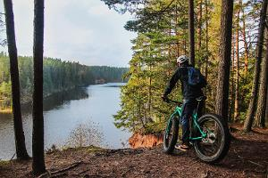 Fatbike trip in Taevaskoja, a cyclist enjoying the view