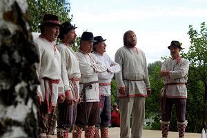 Setomaa giidituur toidugurmaanidele: Pidurõivas seto mehed laulmas