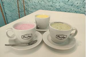 Färgglad kaffe, vit mugg, Paulig logotyp