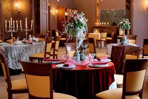 Festlich gedeckter Tisch im Speisesaal von Gutshof Anija