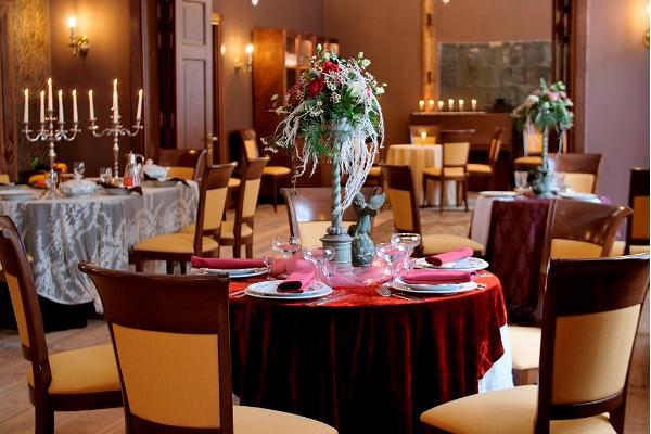 Anija mõisa söögisaali kaetud pidulik laud