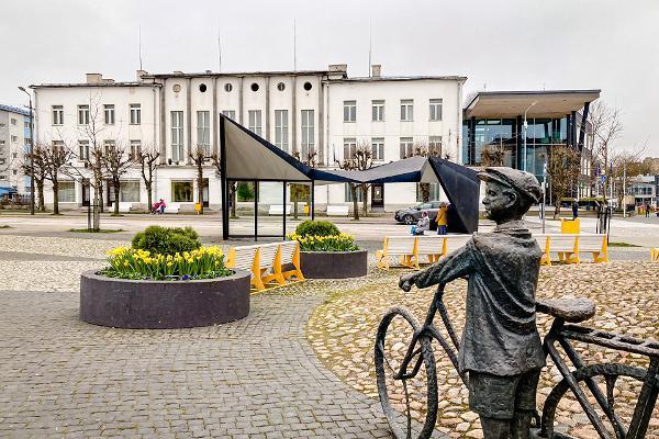 """Skulptur """"Jüngling mit dem Fahrrad beim Musikhören"""""""