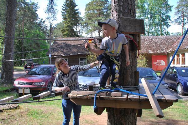 Die gesamte Familie genießt das Klettern im Abenteuerpark Elva.