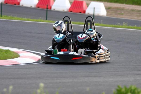 Zwei Jugendliche fahren im Motorzentrum Lange mit dem Kart