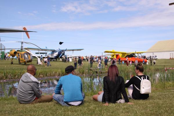 Besucher genießen die Estnischen Luftfahrttage im Estnischen Luftfahrtmuseum.
