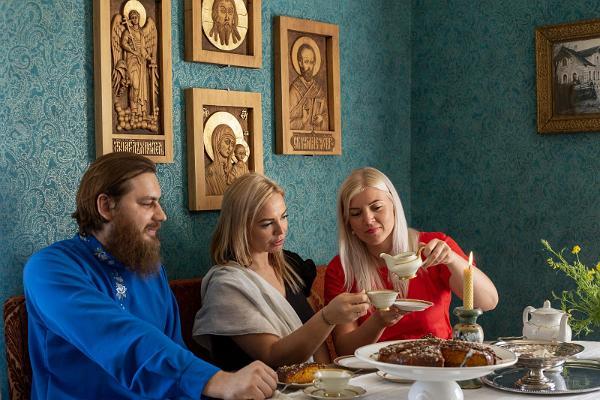 Eine Gruppe genießt in Tante Šuras Café Tee und Kuchen.