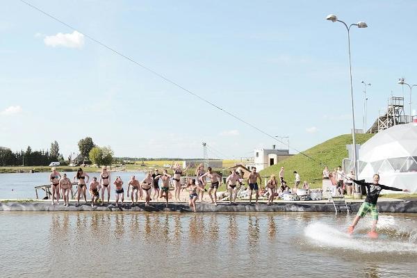 Eine Gruppe von Jugendlichen genießt Sommerfreuden im Wakepark Rahinge.
